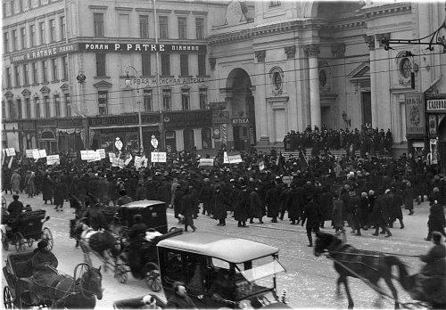 Колонна манифестантов на Невском проспекте у римско-католической церкви Святой Екатерины 19 февраля 1915 года.