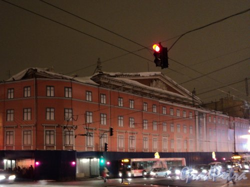Невский пр., д. 68, лит. Б. Лицевой корпус закрыт баннером. Фото 2 января 2011 г.