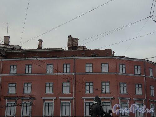 Невский пр., д. 68, лит. Б. Демонтаж здания. Фрагмент фасада со стороны реки Фонтанки. Фото 10 января 2011 г.