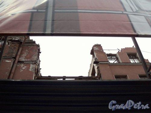 Невский пр., д. 68, лит. Б. Демонтаж здания. Фрагмент фасада, примыкающего к дому 70 по Невскому проспекту. Фото 10 января 2011 г.