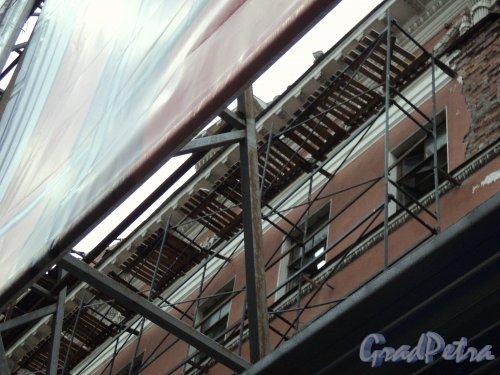 Невский пр., д. 68, лит. Б. Демонтаж здания. Фрагмент центральной части фасада. Фото 10 января 2011 г.