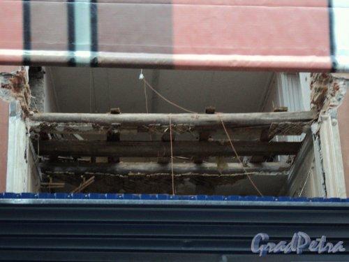 Невский пр., д. 68, лит. Б. Демонтаж здания. Фрагмент межэтажных деревянных перекрытий. Фото 10 января 2011 г.