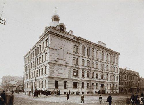 Средний проспект, дом 31. Здание Городского дома 1-го Василеостровского начального народного училища. Фото 1897 года.