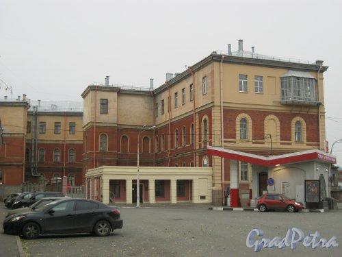 Старо-Петергофский пр., дом 2. Фрагмент здания. Вид с ул. Циолковского. Фото 26 октября 2014 г.