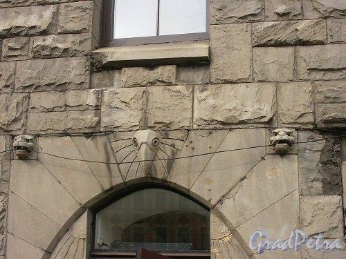 Невский пр., д. 72. Фрагмент облицовки фасада в чертах «северного» модерна. Фото июль 2004 г.