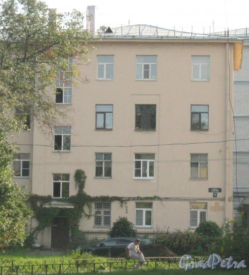 Пр. Елизарова, дом 10. Вид со стороны дома 8, корпус 1. Фото 27 июля 2014 г.