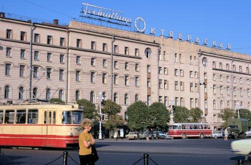 Фасад гостиницы «Октябрьская» со стороны площади Восстания. Фото David Cardiff, 1973 года