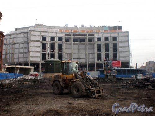 Строительство торгово-развлекательного комплекса «Galeria» у Московского вокзала и благоустройство площади на месте бывшей стоянки автомобилей. Март 2010 года.