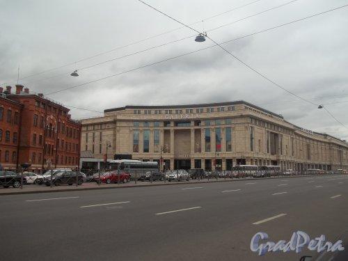 Лиговский проспект, дом 30. Общий вид здания торгово-развлекательного комплекса «Галерея». Фото 1 октября 2011 года.