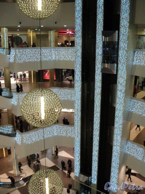 Новогоднее оформление внутри торгово-развлекательного центра «Галерея». Фото 7 января 2011 года.