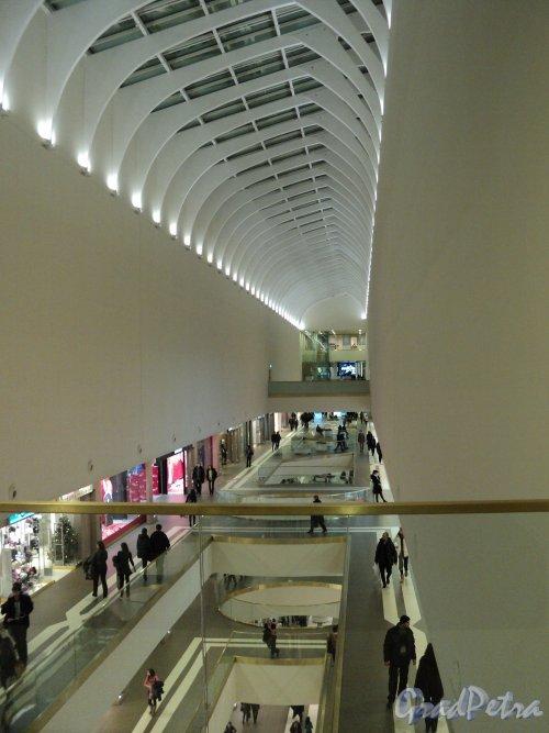 Лиговский проспект, дом 30. ТРЦ «Галерея». Галерея 4-го этажа вдоль железнодорожных путей Московского вокзала. Фото 7 января 2011 года.