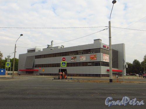 Проспект Юрия Гагарина, дом 71. Общий вид торгово-спортивного комплекса со стороны улицы Ленсовета. Фото 19 сентября 2014 года.