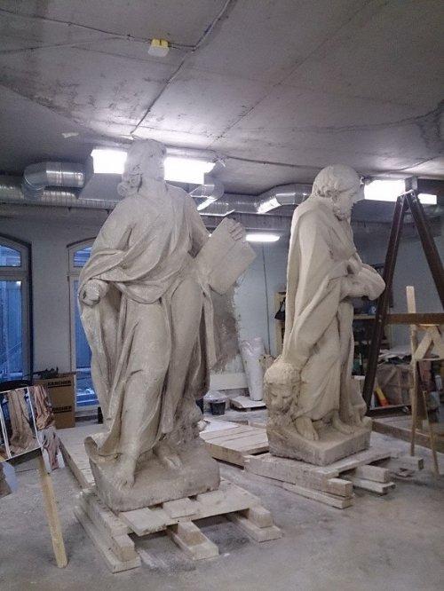 Невский проспект, дом 32-34. Римско-католический собор Святой Екатерины. Скульптуры евангелистов в реставрационной мастерской. Фото 2015 года.