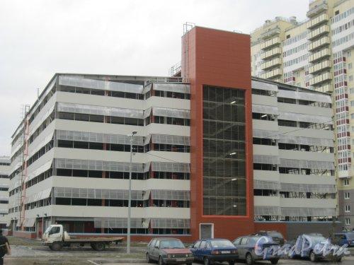 Пр. Героев, дом 24. Одно из зданий автопарковок. Фото 29 декабря 2015 г.