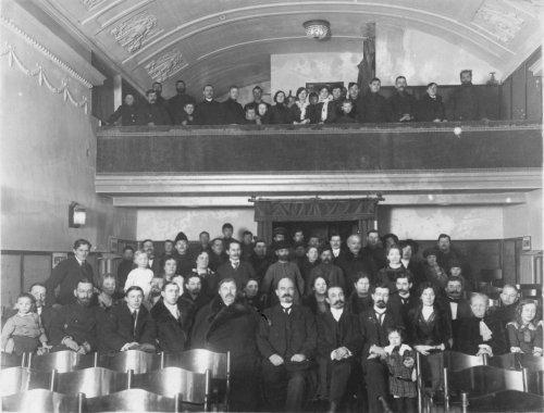 Невский пр., дом 55. Группа зрителей в зале кинематографа «Аргус». Фото начала 1913 года.