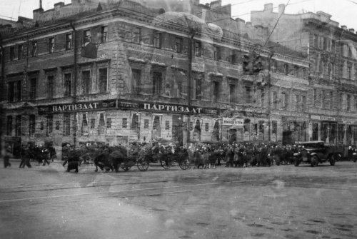 Невский проспект (проспект 25 Октября), дом 52 / Садовая улица (улица 3-го Июля), дом 14. Похоронная процессия. Фото норвежца Эрика Сундвора, 1935 год.