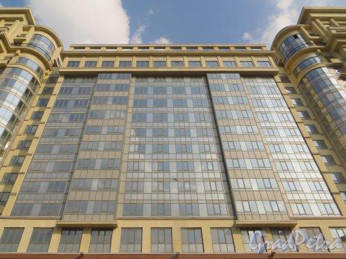 Московский проспект, дом 183-185. Центральная часть введенного в эксплуатацию  31 декабря 2014 года корпуса жилого комплекса «Граф Орлов» со стороны Варшавской улицы. Фото 12 апреля 2015 года.