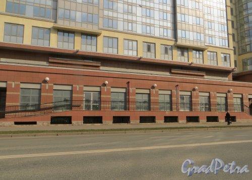 Московский проспект, дом 183-185. Встроенные помещения первого этажа введенного в эксплуатацию 31 декабря 2014 года корпуса жилого комплекса «Граф Орлов» со стороны Варшавской улицы. Фото 12 апреля 2015 года.