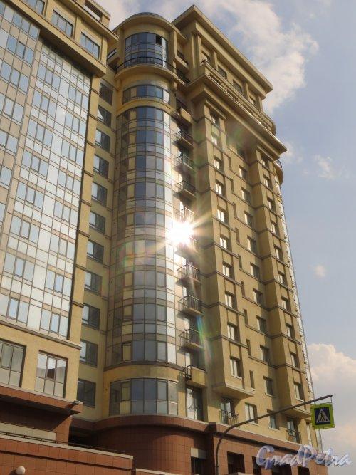 Московский проспект, дом 183-185. Правая часть введенного в эксплуатацию 31 декабря 2014 года корпуса жилого комплекса «Граф Орлов» со стороны Варшавской улицы. Фото 12 апреля 2015 года.