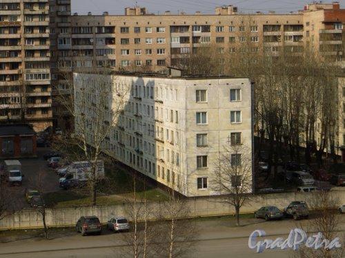 Ленинский проспект, дом 147, корпус 3, литера А. Вид со стороны больницы №26 Московского района. Фото 12 апреля 2015 года.