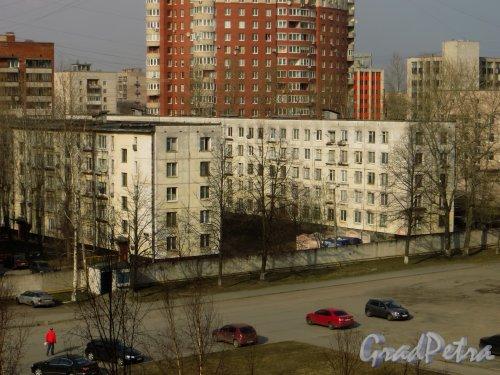 Ленинский проспект, дом 147, корпус 4 (левый) и корпус 5 (правый).  Вид со стороны больницы №26 Московского района. Фото 12 апреля 2015 года.