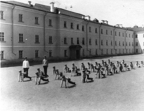 Гимнастические упражнения воспитанников на площадке перед зданием Гатчинского сиротского института императора Николая I. Фото начала XX века.