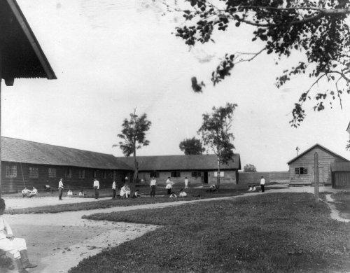 Отдых воспитанников на траве перед строениями Гатчинского сиротского института императора Николая I. Фото начала XX века.