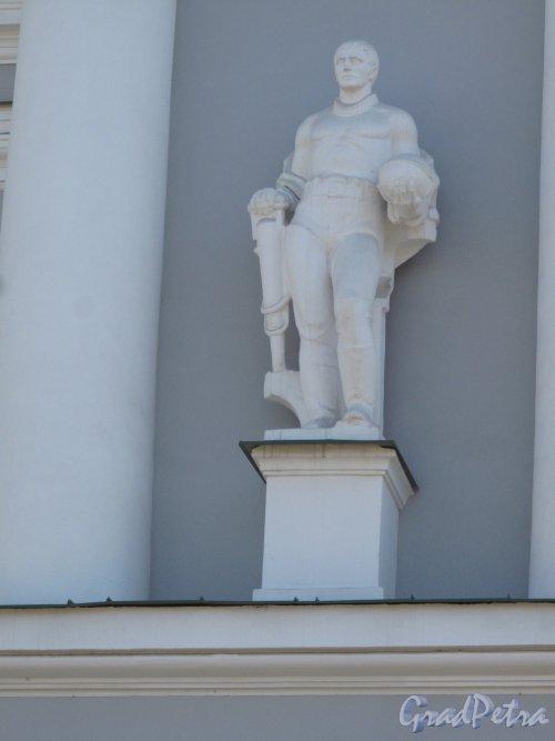 Средний пр. В.О., 82. Всесоюзный научно-исследовательский институт горной геомеханики и маркшейдерского дела ныне филиал Горного университета. Статуя на 2 этаже. фото апрель 2014 г.