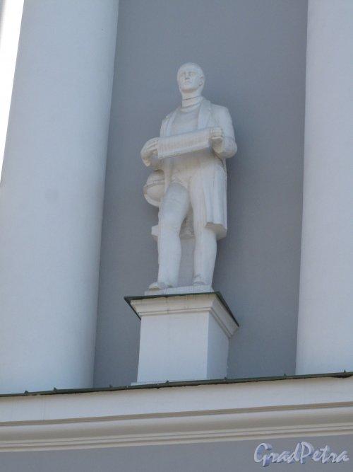 Средний пр. В.О., 82. Всесоюзный научно-исследовательский институт горной геомеханики и маркшейдерского дела ныне филиал Горного университета. Статуя на 2 этаже торцевого фасада. фото апрель 2014 г.