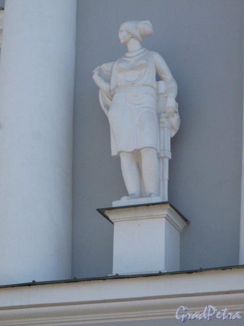Средний пр. В.О., 82. Всесоюзный научно-исследовательский институт горной геомеханики и маркшейдерского дела ныне филиал Горного университета. Отдельностоящая статуя на 2 этаже. фото апрель 2014 г.