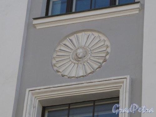 Средний пр. В.О., 82. Филиал Горного университета. Элемент декорации. Фото апрель 2014 г.