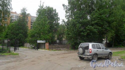 Новоколомяжский проспект, дом 17. Общий вид участка после сноса индивидуального жилого дома. Фото 2 июня 2015 года.