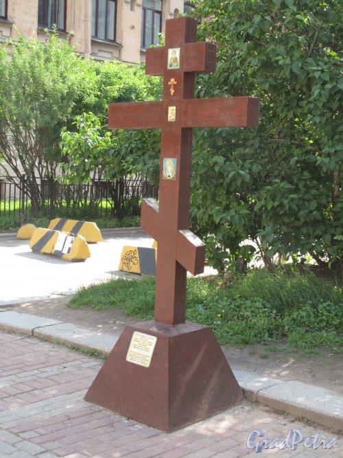 Лиговский  пр., д. 6. Памятный крест на месте разрушенной Греческой церкви св. Димитрия Солунского.  фото июнь 2014 г.