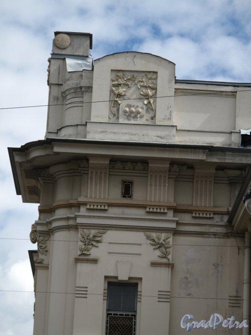 Загородный пр., д. 52. Витебский вокзал. Декоративное оформление парапета на крыше. Фото июнь 2014 г.