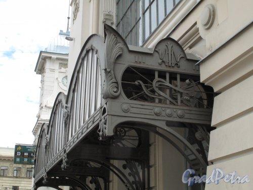Загородный пр., д. 52. Витебский вокзал. Козырек над входом. Вид сбоку. Фото июнь 2014 г.