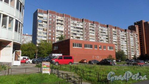 Проспект Королева, дом 39, корпус 2. 12-этажный жилой дом 137 серии 1990 года постройки. Модификация 137.11.2. Фото 20 августа 2015 года.