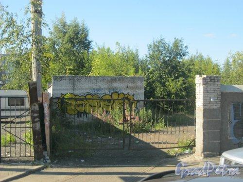 Средний пр. В.О., дом 79. Заброшенные ворота въезда на территорию. Фото 18 августа 2015 г.