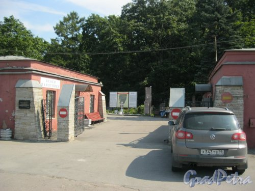 Пр. Стачек, дом. 98. Красненькое кладбище. Входные ворота. Фото 6 августа 2015 г.