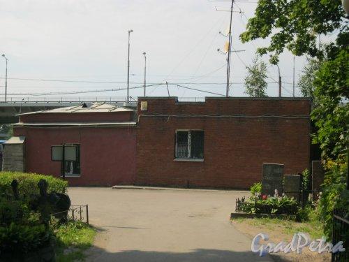Пр. Стачек, дом. 98. Красненькое кладбище. Административное здание. Фото 6 августа 2015 г.