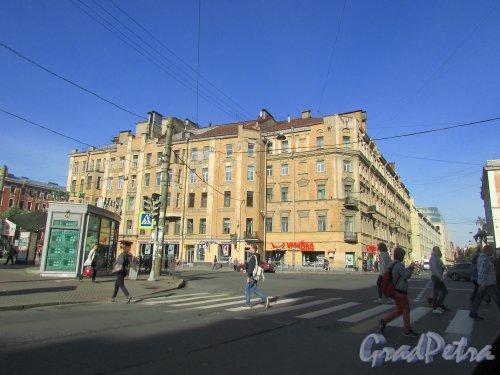 Чкаловский проспект, дом 18 / Большая Зеленина улица, дом 14. Общий вид угловой части здания. Фото 2 сентября 2015 года.