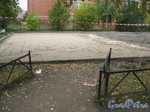 Пр. Маршала Жукова, дом 45. Территория детской площадки во дворе дома. Реконструкция (полностью снесли старую детскую площадку и делают новую «с нуля»). Фото 29 сентября 2015 г.