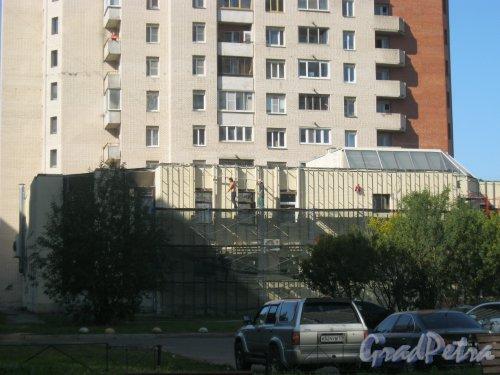 Ленинский пр., дом 95, корпус 1. Ремонтные работы на 2-этажной пристройке. Вид со стороны дома 97, корпус 1. Фото 11 сентября 2015 г.