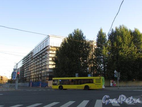 Строительство жилого дома спортивного клубо ОАО «Метрострой» (Левашовский проспект, дом 11). Вид со стороны Барочной улицы. Фото 11 октября 2015 года.