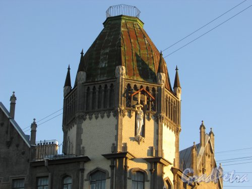 Измайловский проспект, дом 16 / 7-я Красноармейская улица, дом 28-30. Угловая башня здания. Фото 11 октября 2015 года.