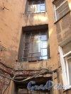 Чкаловский пр., дом 52 / ул. Всеволода Вишневского, дом 9. Фрагмент угловой части дворового фасада с оригинальным окном. Фото 25 апреля 2011 года.