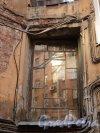 Чкаловский пр., дом 52 / ул. Всеволода Вишневского, дом 9. Оригинальное окно на фасаде со стороны двора. Фото 25 апреля 2011 года.
