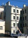 Кондратьевский проспект, дом 16/ улица Ватутина, дом 11. Вид на дворовый флигель со стороны улицы Ватутина. Фото 28 апреля 2013 года.