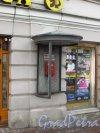 Невский пр., дом 42. Сохранившаяся телефонная будка у входа в Театральную кассу. Фото 29 января 2016 года.