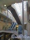 Средний проспект В.О., дом 36 / 9-я линия В.О., дом 40. Эскалаторы коммерческого центра «Остров». Фото 14 марта 2014 года