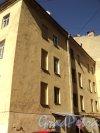 Малый проспект В.О., дом 37, литера Б. Фасад дворового флигеля. Фото 12 апреля 2011 года.